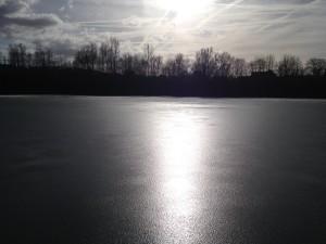 Sieht schön aus, bringt dem Angler aber keine Freude - Dünnes Eis.