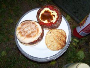 Angler mögen es herzhaft. Burger vom Holzkohlegrill... mit viel Zwiebel und scharf.