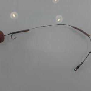 Schritt 5: Anschließend zieht man ein Stück Schrumpfschlauch auf das Vorfach. Danach das Anti-Tangle-Sleeve, sofern man eines nutzen möchte. Ans obere Ende kommt ebenfalls eine Schlaufe, in welche man direkt den Wirbel einschlaufen kann. Die Gesamtlänge des Vorfachs sollte zwischen 15 und 30 cm betragen.