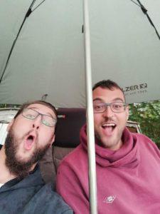 Mehr als einmal gab es Schadenfreude, wenn der andere den trockenen Schirm wegen einem Biss bei Platzregen verlassen musste.